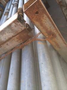 フラワーをまとめる鋼管。2つ穴が開いています